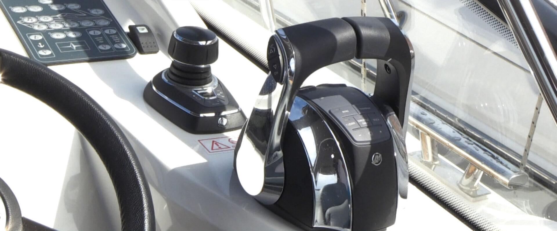 Motoryacht mit Joystick Steuerung